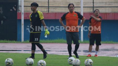 Pelatih kiper klub Liga 1 Persebaya, Benny Van Breukelen, menyarankan supaya ketiga anak asuhnya mencari pendamping saat berlatih di rumah masing-masing. - INDOSPORT