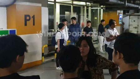 Ratu Tisha halangi wartawan untuk bertemu Shin Tae-yong. - INDOSPORT