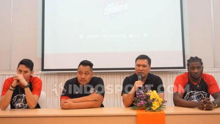 Andika Supriadi Saputra atau Coach Bedu bersama para pemain Louvre Surabaya, Daniel Wenas dan Savon Goodman. - INDOSPORT