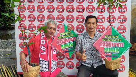 Presiden DPP Pasoepati, Aulia Haryo Suryo (kanan) menunjukkan salah satu pohon yang akan diberikan ke Bonek. - INDOSPORT