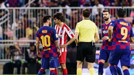 Perseteruan antara striker muda Atletico Madrid, Joao Felix (kanan) dengan pemain megabintang Barceloa, Lionel Messi di Piala Super Spanyol. - INDOSPORT