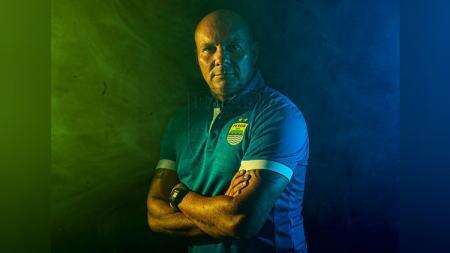 Persib Bandung resmi memperkenalkan pelatih penjaga gawang asal Brasil Luizinho Passos dan akankah kedatangannnya jadi berkah untuk kiper muda Pangeran Biru? - INDOSPORT