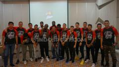 Indosport - Para pemain Louvre Surabaya saat Melakukan Foto Bersama usai Acara Jumpa Pers Jelang Hadapi IBL 2020 di Hotel Harris, Semarang. Foto: Alvin Syaptia/INDOSPORT