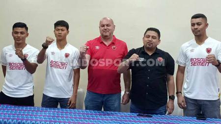 CEO PSM Makassar, Munafri Arifuddin (hitam), berfoto bersama pelatih Bojan Hodak (merah) dan tiga pemain baru untuk Liga 1 2020, Irsyad Maulana, Dedi Gusmawan, dan Hussein El Dor. - INDOSPORT