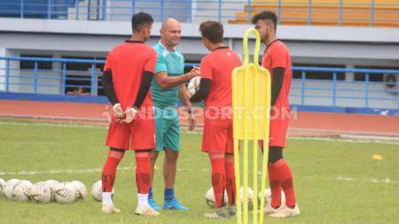 Pelatih penjaga gawang Persib, Luiz Fernando Silva Passos di Stadion SPOrT Jabar, Arcamanik, Kota Bandung, Jumat (10/1/20). - INDOSPORT