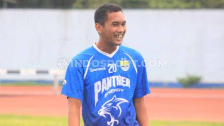 Pemain anyar Persib Bandung, Beni Oktovianto bersama staf pelatih Persib Bandung. - INDOSPORT