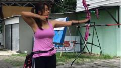 Indosport - Tampil Kece Saat Bersepeda, Dellie Threesyadinda Mirip Lara Croft