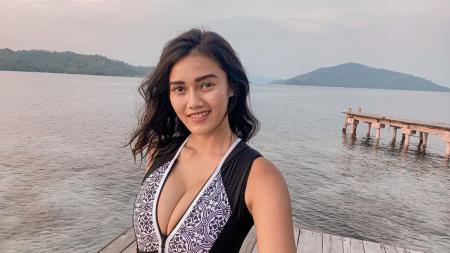 Selebgram sekaligus Jak Angel penggemar Persija Jakarta, Jess Amalia menunjukkan kemampuannya untuk berenang di atas laut. - INDOSPORT