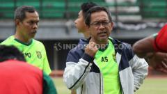 Indosport - Aji Santoso memimpin latihan jelang laga ekshibisi Persebaya vs Persis di Stadion GBT.