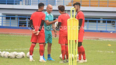 Pelatih penjaga gawang klub Liga 1 Persib Bandung, Luiz Fernando Silva Passos, saat melatih tiga kiper di Stadion SPOrT Jabar, Arcamanik, Kota Bandung, Jumat (10/1/20). - INDOSPORT