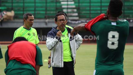 Pelatih klub Liga 1 Persebaya Surabaya, Aji Santoso, mengatakan tidak terlalu khawatir dengan lini belakangnya meski tidak diperkuat pemain asing. - INDOSPORT