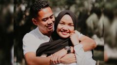 Indosport - Pesepak bola Reva Adi Utama dan istrinya, Alya Nadira, resmi menjadi orangtua.