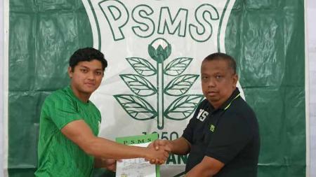 Manajer PSMS Medan, Mulyadi Simatupang (kanan), memperkenalkan rekrutan anyar PSMS, kiper Timnas Indonesia U-19 M Adi Satryo (kiri). - INDOSPORT