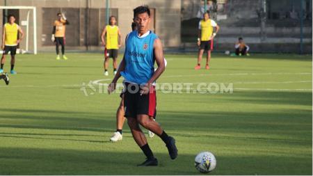 Penyerang Bali United, Lerby Eliandry saat mengikuti latihan menjelang Liga 1 2020 di Lapangan AIS, Denpasar, Bali. Foto: Nofik Lukman Hakim - INDOSPORT