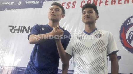 Dua pemain muda Arema FC, Vikrian Akbar dan Titan Agung Fawazi mengenalkan jersey home and away menjelang periode pramusim Liga 1 2020. - INDOSPORT