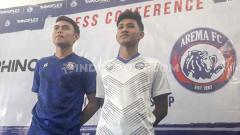 Indosport - Titan Agung Fawazi (kanan) bersama Vikrian Akbar saat mengenalkan jersey home dan away terbaru Arema FC.