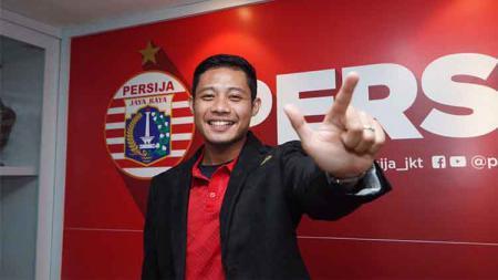 Gelandang Persija Jakarta, Evan Dimas mulai beraksi di lapangan meski Liga 1 2029 belum dimulai. Ia berlatih bersama pemain Madura United, Andik Rendika. - INDOSPORT