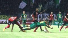 Indosport - Laga uji coba Persebaya Surabaya kontra Persis Solo di Stadion Gelora Bung Tomo (GBT), Surabaya, Sabtu (11/1/20).