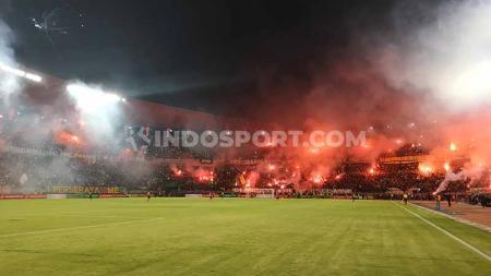 Bonekmania merayakan kemenangan Persebaya dengan menyalakan kembang api dan flare, Sabtu (11/1/20). - INDOSPORT