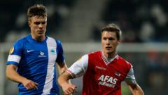 Indosport - Striker asing Persita Tangerang, Yevhen Budnik (jersey biru) mengutarakan satu permintaan jelang berlangsungnya Liga 1 2020.
