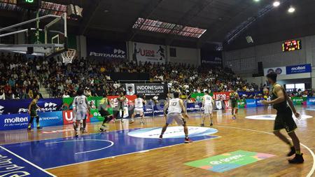 Salah satu pertandingan IBL Seri I Kota Semarang yang digelar di GOR Sahabat mampu menyedot animo cukup besar dari masyarakat. - INDOSPORT