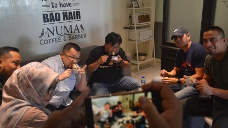 Budiardjo Thalib dan segenap tim pelatih Sriwijaya FC sedang bersantai sambil berembuk soal persiapan Liga 2 2020. - INDOSPORT