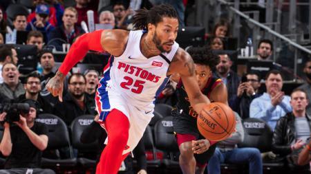 Pemain basket NBA dari klub Detroit Pistons, Derrick Rose lakukan aksi memukau dengan mengelabui tiga pemain Phoenix Suns. - INDOSPORT