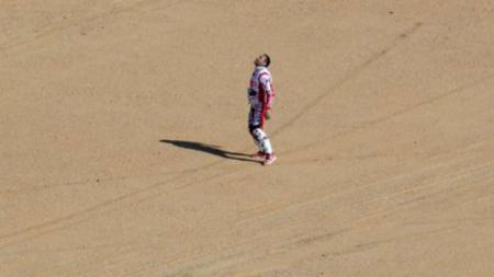 Momen pilu saat rider Rally Dakar, Joaquim Rodrigues menangisi kematian saudara ipar sekaligus pembalap asal Portugal, Paulo Goncalves yang tewas saat tengah membalap. - INDOSPORT