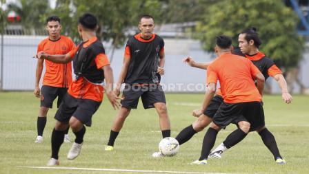 Bek Ryuji Utomo melakukan operan lambung kepada rekan setim dalam latihan sesi perdana Persija Jakarta menyambut Liga 1 2020.