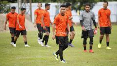 Indosport - Alfath Fathier menjalani latihan perdana di Persija Jakarta untuk kompetisi Liga 1 2020 di Lapangan PS AU TNI Halim Perdanakusuma, Jakarta, Senin (13/1/20).
