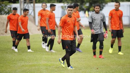 Alfath Fathier menjalani latihan perdana di Persija Jakarta untuk kompetisi Liga 1 2020 di Lapangan PS AU TNI Halim Perdanakusuma, Jakarta, Senin (13/1/20). - INDOSPORT