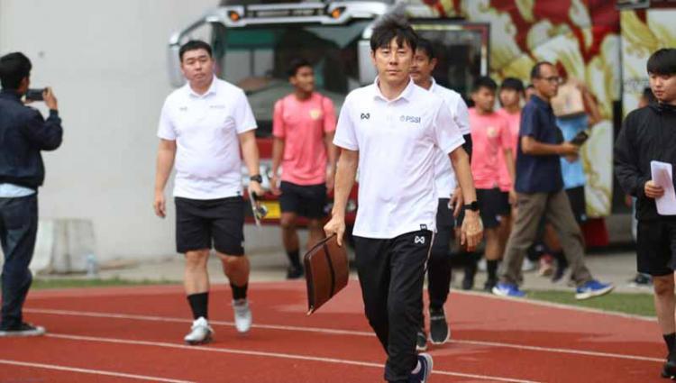 Hari pertama pemusatan latihan Timnas Indonesia U-19 di Stadion Wibawa Mukti Cikarang, Senin (13/01/20) yang dihadiri coach Shin Tae-yong, dalam TC tersebut juga skuat Timnas resmi memakai apparel baru. Copyright: Istimewa
