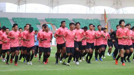Hari pertama pemusatan latihan Timnas Indonesia U-19 di Stadion Wibawa Mukti Cikarang, Senin (13/01/20) yang dihadiri coach Shin Tae-yong mendapat sorotan media Malaysia. - INDOSPORT