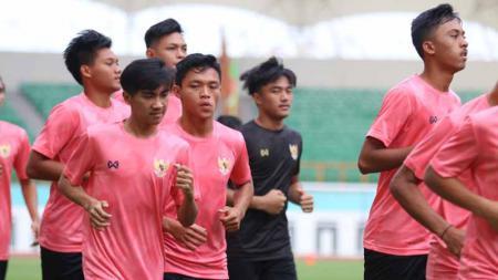 Pasca dihajar tim Korea Selatan dan hanya menang satu kali dalam rangkaian uji coba di Thailand, Timnas Indonesia U-19 digenjot fisik 10km oleh Shin Tae-yong. - INDOSPORT