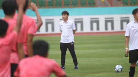 Hari pertama pemusatan latihan Timnas Indonesia U-19 di Stadion Wibawa Mukti Cikarang, Senin (13/01/20) yang dihadiri coach Shin Tae-yong, dalam TC tersebut juga skuat Timnas resmi memakai apparel baru. - INDOSPORT