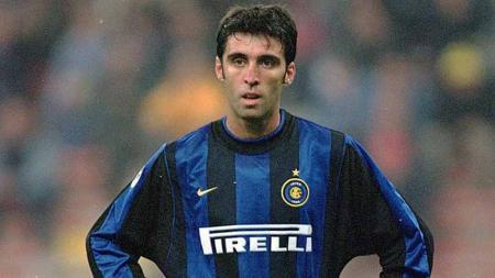 Pernah bermain untuk Inter Milan, jadi legenda Timnas Turki, berurusan dengan Recep Tayyip Erdogan hingga jadi supir taksi online. Apa kabar Hakan Sukur? - INDOSPORT