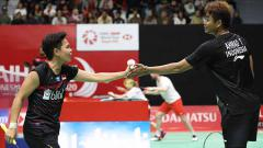 Indosport - Tontowi Ahmad/Apriyani Rahayu membuat Istora Senayan bergemuruh saat bertanding melawan wakil Thailand, Supak Jomkoh/Supissar.