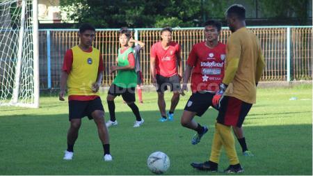 Para pemain Bali United yang tak dibawa ke Singapura, menjalani latihan di Lapangan Samudra, Legian, Badung, Senin (13/1/20). Foto: Nofik Lukman Hakim - INDOSPORT