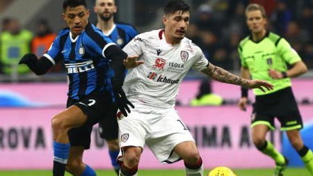Pemain Inter Milan, Alexis Sanchez Berebut Bola dengan Pemain Cagliari di Coppa Italia - INDOSPORT