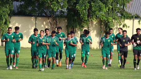 Pelatih fisik klub Liga 1 Persebaya Surabaya, Gaselly Jun Panam memberikan dua menu latihan saat program latihan online Rabu (06/05/20) kemarin. - INDOSPORT