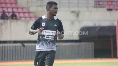 Striker Muda, Ronaldo Wanma memutuskan hengkang dari Persipura. - INDOSPORT