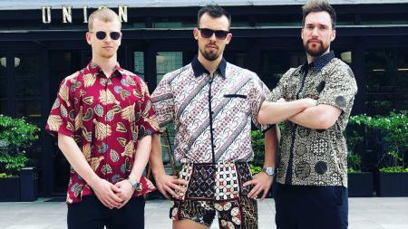 Kim Astrup (kiri), Anders Skaarup Rasmussen (tengah) dan Niclas Nohr mengenakan batik. - INDOSPORT