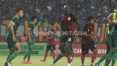 Bek naturalisasi Persis Solo, Bruno Casmir tampil tak maksimal saat melawan Persebaya Surabaya dalam uji coba di Stadion Gelora Bung Tomo (GBT). - INDOSPORT