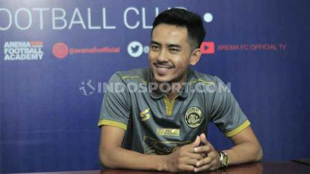 Bek sayap Arema FC, Taufik Hidayat, mengaku sangat menantikan momen bersua PSIS Semarang setelah dipastikan mencatat debut starter dalam lanjutan Liga 1 2020. - INDOSPORT