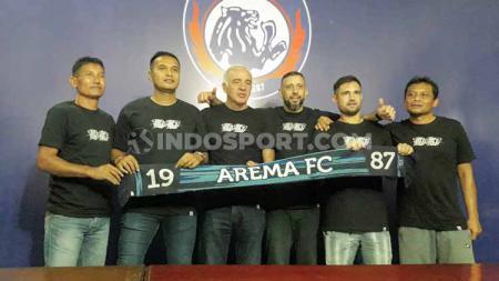 Mario Gomez bersama stafnya: Singgih Pitono, Charis Yulianto, Marcos Gonzales (Argentina), Felipe Americo (Brasil) dan Kuncoro - INDOSPORT