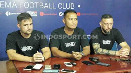 Charis Yulianto (asisten pelatih) dalam sesi perkenalan bersama Felipe Americo (kiri/pelatih kiper) dan Marcos Gonzales (kanan/pelatih fisik) menjelang Liga 1 2020. - INDOSPORT