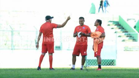 Pelatih Mario Gomez memimpin latihan Arema FC menjelang Liga 1 2020 di Stadion Gajayana, Malang. - INDOSPORT