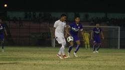 PSMS Medan (baju putih) kalah 1-2 atas klub asal Malaysia, Felda United, di laga perdana Edy Rahmayadi Cup 2020 di Stadion Teladan, Medan, Kamis (16/1/2020) malam.