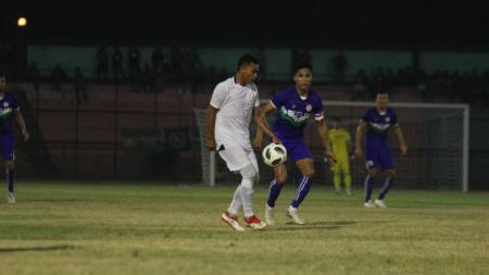 PSMS Medan (baju putih) kalah 1-2 atas klub asal Malaysia, Felda United, di laga perdana Edy Rahmayadi Cup 2020 di Stadion Teladan, Medan, Kamis (16/1/2020) malam. - INDOSPORT