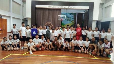 Kegiatan coaching clinic Pekanbaru Allstars,dan produsen olahraga dunia PEAK yang menyasar beberapa sekolah di Kota Pekanbaru. - INDOSPORT